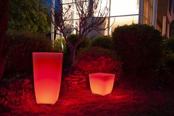 Un pot de jardin lumineux avec un vase les extérieur de couleur rouge