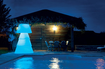 HELIO disposé au bord d'une piscine. éclairage led bleu
