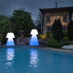 Luminaire led bleue au bord de la piscine