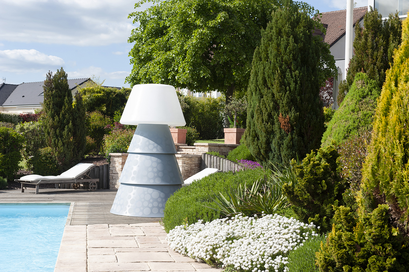 Luminaire extérieur design au bord du jardin et terrasse
