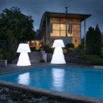 Deus luminaires helio led blanc au bord de piscine