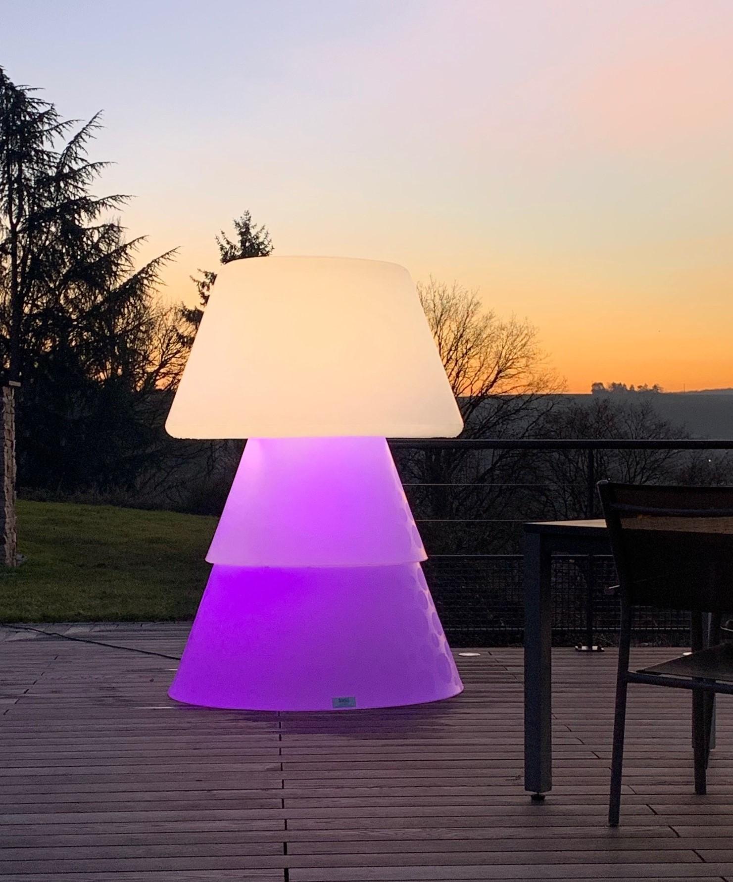 Lampadaire polyéthylène sur terrasse de nuit. allumage led mauve