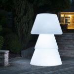 Lampadaire polyéthylène sur terrasse de nuit. allumage led blanche