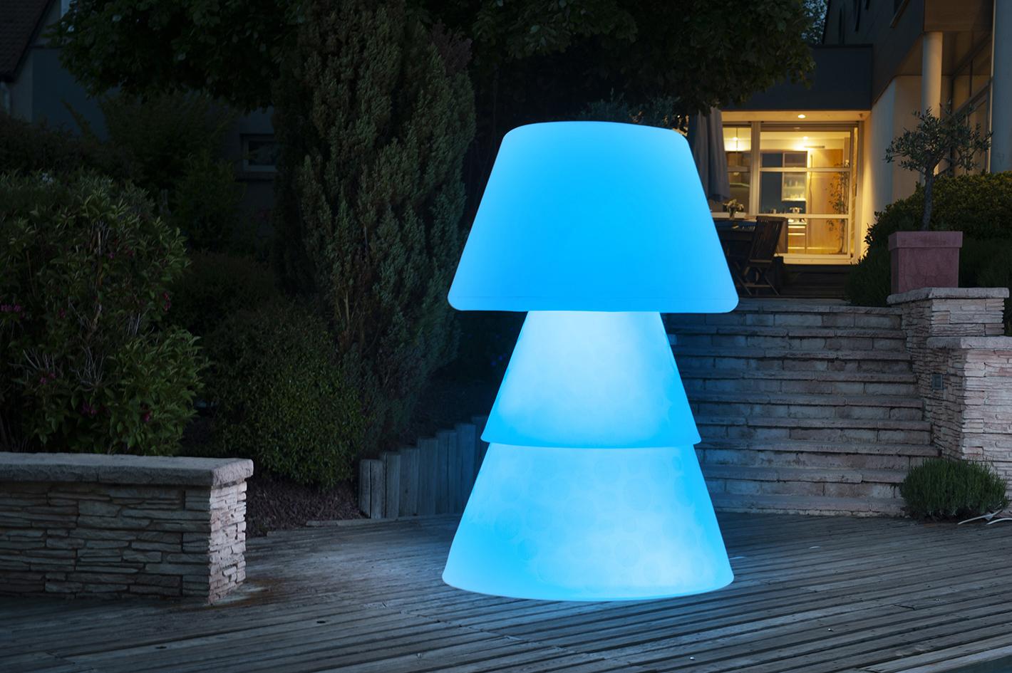 Lampadaire polyéthylène sur terrasse de nuit. allumage led bleue