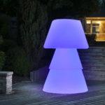 Lampadaire polyéthylène sur terrasse de nuit. allumage led violet