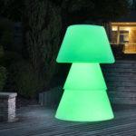 Lampadaire polyéthylène sur terrasse de nuit. allumage led verte