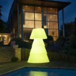 Lampadaire polyéthylène sur terrasse de nuit. allumage led jaune