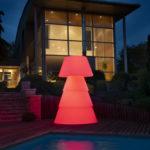 Lampadaire polyéthylène sur terrasse de nuit. allumage led rouge