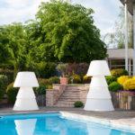 Deux luminaires extérieurs design au bord du jardin et terrasse