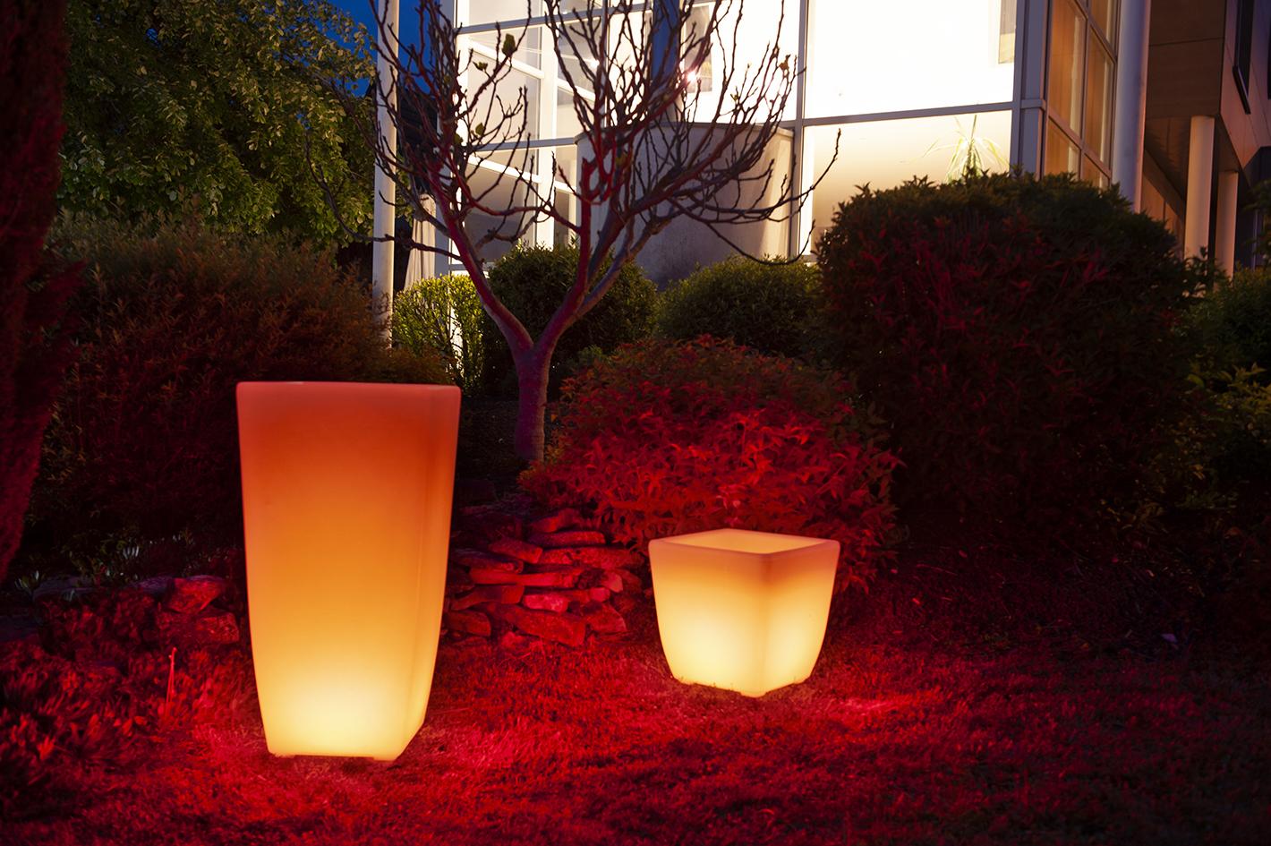 Un vase et pot lumineux à Led Jaune au bord d'une piscine